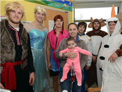boston-bruins-hockey-team-go-frozen-characters-their-annual-visit-boston-childrens-hospital-246850_副本