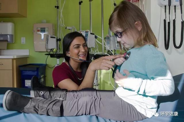 医生给儿童肿瘤患者做检查