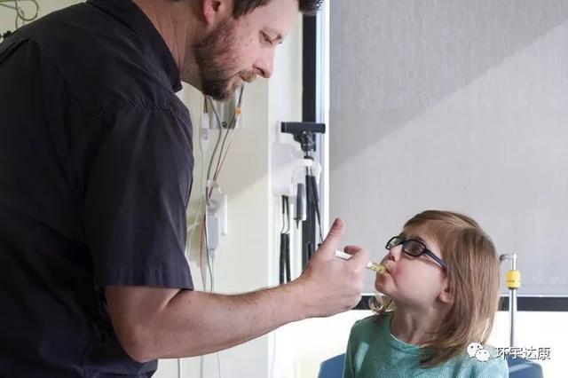 医生给儿童肿瘤患者喂食抗癌新药