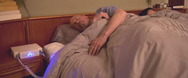 患者在睡眠时接受电场治疗