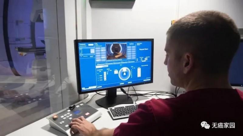一位放射线照相师演示了克里斯蒂医院NHS新质子束治疗中心的控制室